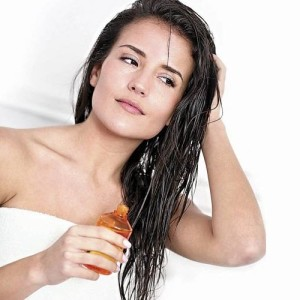 Aplicacion de aceite de argan en el cabello